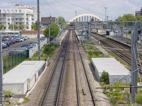 Brücke und Bahnhof in Le Bourget, gesehen von der Brücke der Grande Ceinture