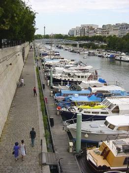 Port de l'Arsenal. A gauche, le mur d'escarpe du fossé de l'enceinte de Charles V