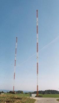 Mittelwellensender Ravensburg-Wilhelmskirch  Rechts im Bild ist der Sendemast zu sehen, links der Reflektormast