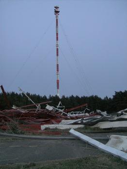 Richtfunkmast Gartow, im Vordergrund die Trümmer des am 20.8.2009 um 12 Uhr MESZ gesprengten Sendemasten Gartow 1