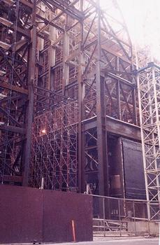 Bank of America, Houston.  La charpente métallique du nouveau bâtiment se construit autour de la structure existante du Western Union Building