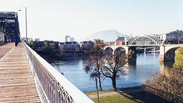 Market Street Bridge von der Walnut Street Bridge aus gesehen in Chattanooga, Tennessee