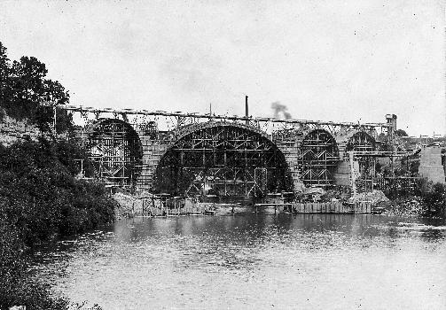 Ponts ferroviaires sur l'Iller à KemptenEchaffaudages pendant la construction.: Ponts ferroviaires sur l'Iller à Kempten Echaffaudages pendant la construction.