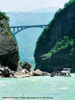 WUSHAN (Sichuan) –Le pont de « Dragon gate », sur la rivière Daning
