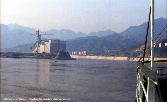 Barrage des Trois-Gorges (province Hubei)– entre la 2e gorge (Wuxia) et la 3e gorge (Xiling).Vue amont, les premiers plots du barrage s'élèvent sur l'île de Zhongbao, à droite le canal de dérivation provisoire du fleuve