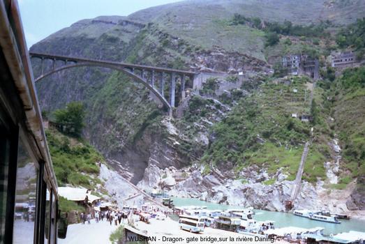 La rivière Daning rejoint le Yang Tsé prés de la ville de Wushan (province du Sichuan). Dragon-gate bridge surplombe cette riviére à la sortie des gorges du même nom (Dragon-gate), le niveau d'eau de la retenue du Barrage des trois gorges viendra frôler le tablier du pont... dans quelques années