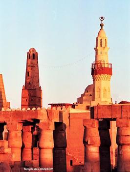 LOUQSOR – Temple de Louqsor, minarets de la mosquée Abou El Haggag édifiée par les Fatimides (10e-12e siècles), dans la cour de Ramsès II, sur les ruines d'une église copte