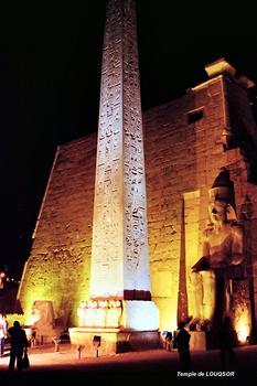 LOUQSOR – Temple de Louqsor, pylone et obélisque de Ramsès II (13e siècle AV.JC)
