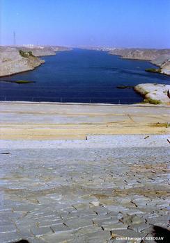 ASSOUAN – Le « Haut-Barrage », le perré aval de l'ouvrage. En arrière-plan, le lac de retenue du petit barrage