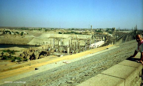 ASSOUAN – Le « Haut-Barrage », en rive droite: l'usine et son poste de transformation