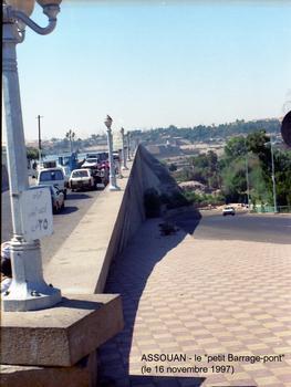 Assouan - le «petit barrage», construit de 1892 à 1902 en maçonnerie de granit. Il mesurait à l'origine 30,5 m de hauteur et 1960 m de longueur; surélevé à deux reprises, il assure toujours sa fonction en plus de celle de pont entre les deux rives du Nil