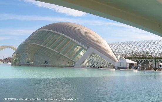 VALENCE (Valence) – « L'Hemisferic » sur le site de la « Ciutat de les Arts i les Ciènces », renferme une géode avec planétarium, cinéma IMAX