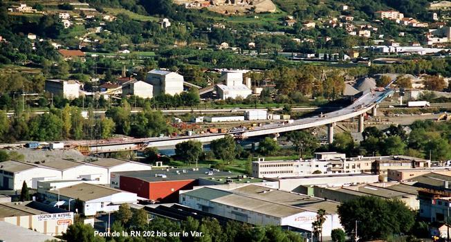 Pont de Saint-Isidore (06, Alpes-Maritimes) – Le gros-oeuvre de l'ouvrage «OA1» de franchissement du Var, pour la RN 202 bis, est terminé