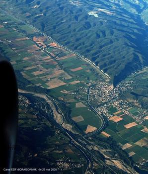 Canal de l'Usine EDF d'ORAISON (04) – en haut: canal d'amenée, au premier-plan: canal de restitution