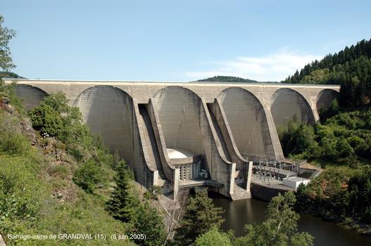 Barrage de GRANDVAL (15) – l'usine intégrée, au pied du barrage, comporte deux groupes de 35 MW de puissance