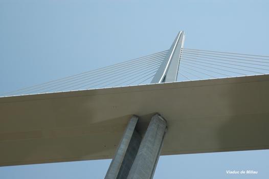 MILLAU (12, Aveyron) – Viaduc de l'A 75, sommet de la pile P2 et pylone-support des haubans