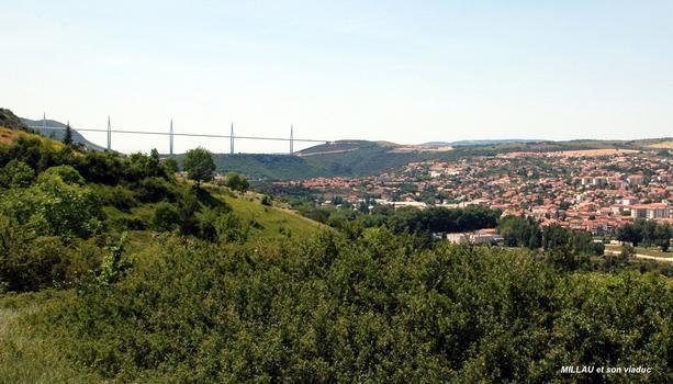 MILLAU (12, Aveyron) – La Ville et le viaduc de l'A 75