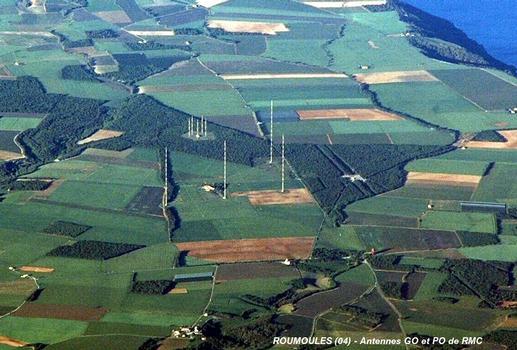 ROUMOULES (04500, Alpes-de-Haute-Provence) - Antennes de Radio-Monte-Carlo, émetteur GO avec 3 pylônes de l'antenne directive et le 4e pylône de l'antenne de secours, émetteur OM avec 5 pylônes de 100 m