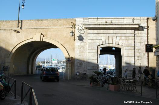 ANTIBES (06, Alpes-Maritimes) – « La Courtine », la Porte Marine, côté Ville