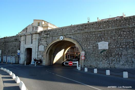 ANTIBES (06, Alpes-Maritimes) – « La Courtine », la Porte Marine, côté Port Vauban
