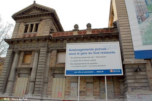 NICE – « Gare du Sud », oeuvre de l'architecte Prosper Bobin (fin XIXe), inscrite à l'inventaire des Monuments Historiques (en 2001 pour la façade, en 2005 la totalité). La nouvelle mairie de Nice qui va être construite sur l'emplacement (architecte: Pierre-Louis Faloci) devra intégrer l'ensemble de l'ouvrage