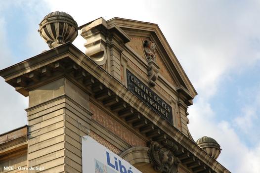 NICE – « Gare du Sud », ancienne gare des « Chemins de fer de la Provence », terminus des lignes Nice-Digne (04, Alpes-de-Haute-Provence), en service, et Nice-Meyrargues (13, Bouches-du-Rhône), ligne désaffectée, plate-forme et ponts partiellement intégrés dans le réseau routier
