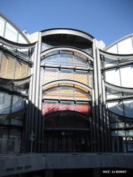 NICE – Musée d'Art Moderne et d'Art Contemporain, façades intérieures sur la place Yves Klein