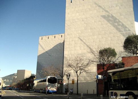 NICE – Musée d'Art Moderne et d'Art Contemporain, façades sur l'avenue Saint-Jean-Baptiste