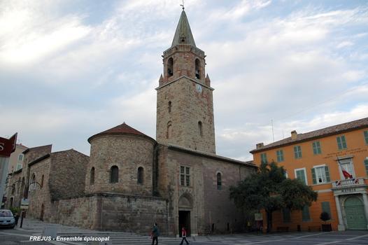 FRÉJUS (83, Var) - Ensemble épiscopal, vue sud-ouest, porche de la cathédrale et baptistère du Ve au premier-plan