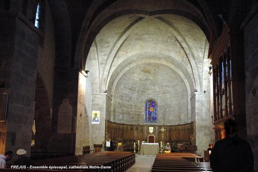 FRÉJUS (83, Var) - Cathédrale, nef sud composée de 3 travées en voûtes d'ogives et une abside semi-circulaire, c est l église épiscopale, dédiée à Notre-Dame