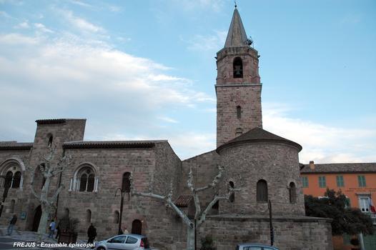 FRÉJUS (83, Var) - Ensemble épiscopal, façade sur la rue de Fleury, à gauche la maison du prévôt, à droite le baptistère