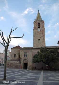 FRÉJUS (83, Var) - Ensemble épiscopal, façade sud sur la place Formigé