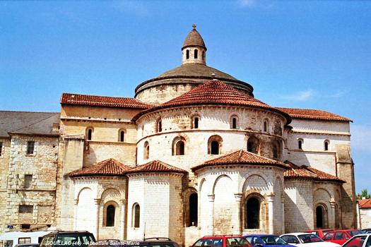 SOUILLAC (46, Lot) – Abbatiale Sainte-Marie, façade Est: le chevet avec ses chapelles rayonnantes, le transept et la coupole au dessus de la croisée