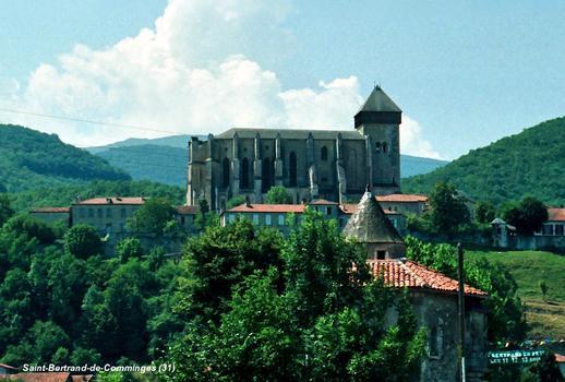 SAINT-BERTRAND-de-COMMINGES (31, Haute-Garonne) – Cathédrale Sainte-Marie avec son clocher coiffé d'un hourd