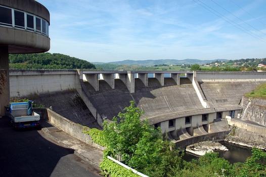 Villerest (42300, Loire) et Commelle-Vernay (42120, Loire) - Barrage et usine de Villerest , un déversoir libre à sept pertuis permet l'évacuation des crues, à cela s'ajoutent 5 vannes de mi-fond et une vanne de fond