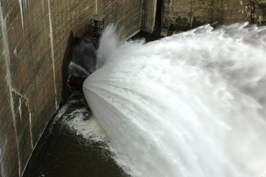 Chambles (42170) et St-Just - St-Rambert (42170) - Barrage de Grangent, le débit réservé est fourni par une vanne de fond : Chambles (42170) et St-Just - St-Rambert (42170) - Barrage de Grangent , le débit réservé est fourni par une vanne de fond