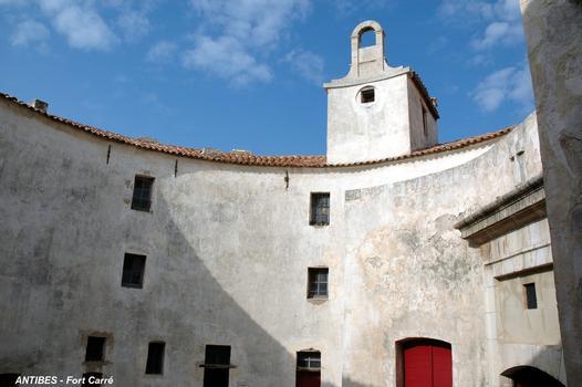 ANTIBES (06, Alpes-Maritimes) – FORT-CARRE, la Tour Saint-Laurent, lieu de vie de la garnison, surmontée de la chapelle éponyme