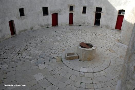 ANTIBES (06, Alpes-Maritimes) – FORT-CARRE, la cour de la Tour Saint Laurent recouvre une citerne de 60 m3