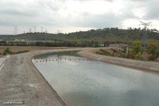 Commune de VINON-sur-VERDON (83560, Var) – Canal de Provence au lieu-dit Boutre, tronçon vers le souterrain de Ginasservis. On distingue, à gauche, le poste d'interconnexion du réseau 400kV, voisin du Centre de Recherches de Cadarache