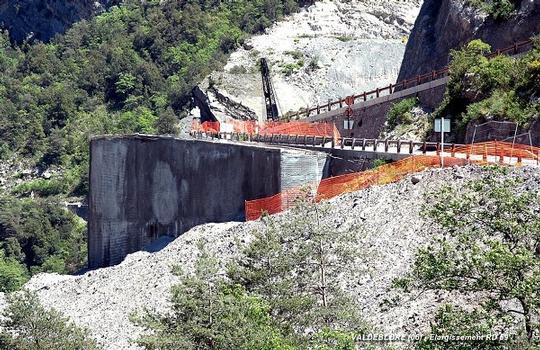 VALDEBLORE (06420, Alpes-Maritimes) – Carrefour RD 2205 – RD 59, élargissement de chaussée de la RD 59 sur un remblai allégé (blocs de polystyrène expansé) maintenu par béton projeté sur armatures et ancrages profonds dans la falaise