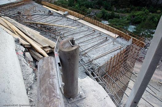 VALDEBLORE (06420, Alpes-Maritimes) – Carrefour RD 2205 – RD 59, élargissement de chaussée de la RD 59, confection dalle en béton armé sur remblai allégé