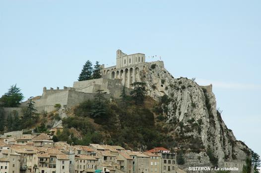 SISTERON (04200) – La citadelle, surmontée de la chapelle Notre-Dame