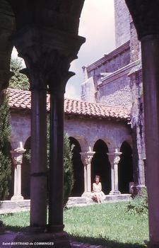 St-BERTRAND-de-COMMINGES (31, Haute-Garonne) -. Cathédrale Sainte-Marie, le Cloître