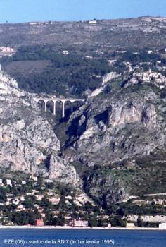 Eze (06) - La route nationale 7 passe sur le «Pont d'Eze», qui surplombe de plus de 90 m le vallon de l'Ibac