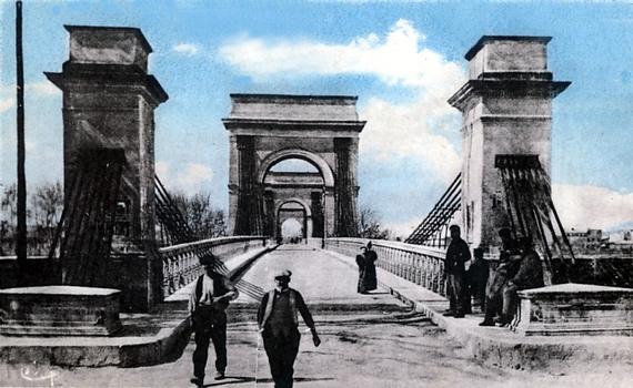 Pont sur le Rhône, entre Beaucaire (30, Gard) et Tarascon (13, Bouches-du-Rhône). Carte postale de la collection privée d'Adrien Mortini
