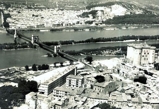 Pont sur le Rhône, entre Beaucaire (30, Gard)et Tarascon (13, Bouches-du-Rhône). Carte postale de la collection privée d'Adrien Mortini