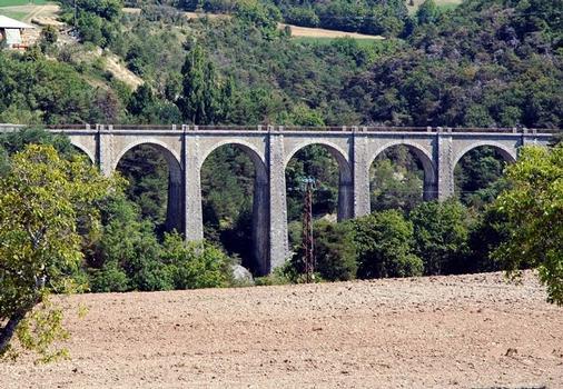 Commune de CHORGES (05230, Hautes-Alpes, PACA) - ex ligne ferroviaire Chorges-Barcelonnette, viaduc du Pralong . Pont en arc, en maçonnerie, intégré dans la voierie communale