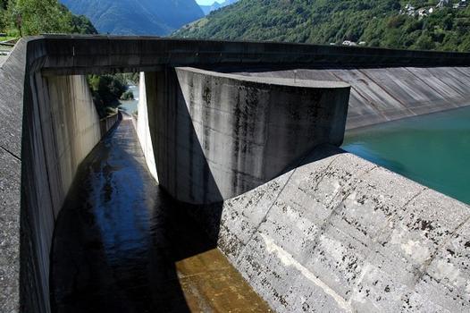 Communes d'Allemond et d'Oz (38114, Isère, Rhône-Alpes) - Barrage du Verney, le coursier du déversoir : Communes d'Allemond et d'Oz (38114, Isère, Rhône-Alpes) - Barrage du Verney , le coursier du déversoir