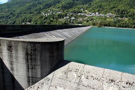 Communes d'Allemond et d'Oz (38114, Isère, Rhône-Alpes) - Barrage du Verney , un revêtement en béton sur le parement amont assure l'étanchéité de l'ouvrage