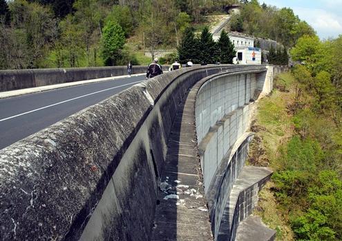 Communes de Bort-les-Orgues (19110, Corrèze) et de Lanobre (15270, Cantal) - barrage de Bort-les-Orgues , les parements aval et amont sont recouverts de dalles préfabriquées qui ont servi de coffrages lors de la construction de l'ouvrage.